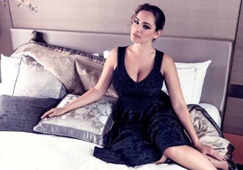 女神紧身连衣裙展迷人曲线