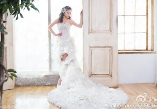 何可欣在微博公开了一组婚纱写真 做个美梦